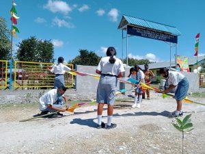 Siswa-Siswi SMA Negeri Bateti Bergotong-royong Memasang Bendera Merah Putih dan Umbul-Umbul Menyongsong HUT Ke-75 Kemerdekaan Republik Indonesia (Foto: Che)