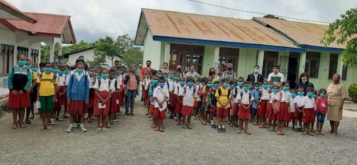 Para Dosen Unimor berpose Bersama Anak-Anak Sekolah Dasar di Eban saat Pembagian Masker dan Edukasi tentang Cara-Cara mengendalikan Paparan Covid-19 (Foto: Kamal)