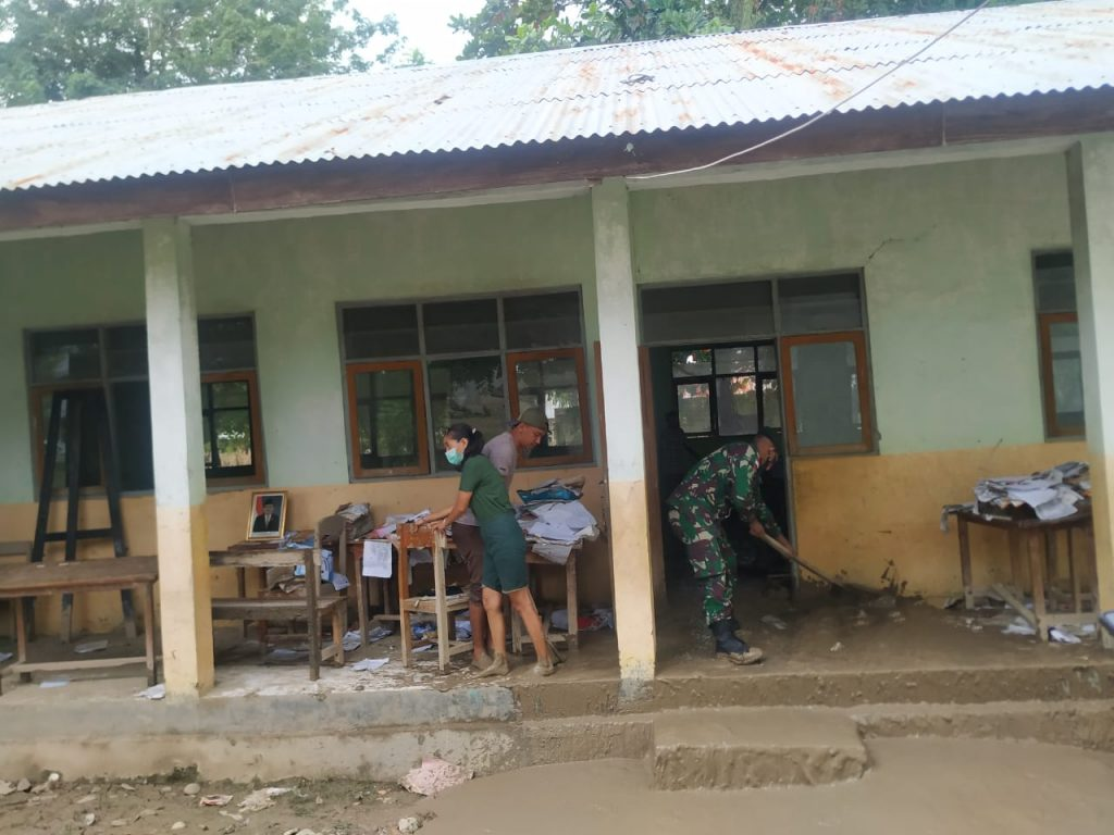 Situasi saat Pembersihan Lumpur Banjir di SDK Bolan Malaka (GL)