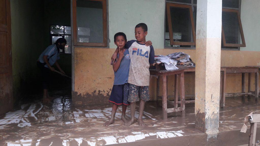 Dua Bocah Siswa SDK Bolan yang Ikut Membersihkan Sekolahnya (GL)
